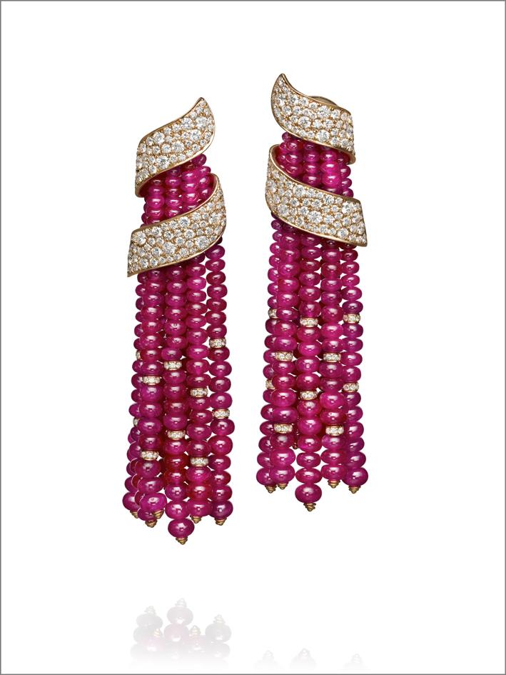 Orecchini con perle di rubini, oro rosa e diamanti pavé