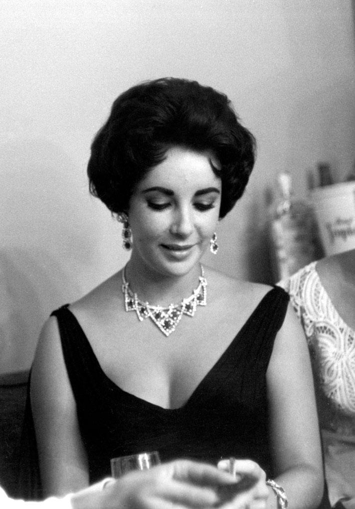 Elizabeth Taylor con la collana di Cartier in platino, oro, diamanti e rubini. Foto: Photofest