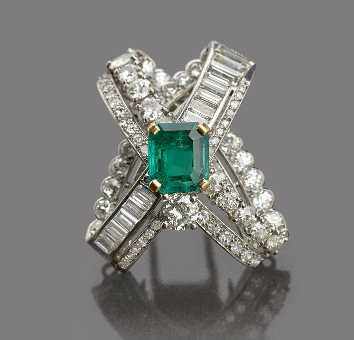Spilla in platino, punzonata Monture Cartier, con uno smeraldo colombiano da 3,10 carati posto al centro di un gioco di fasce in platino ricoperte da 8,20 carati di diamanti a taglio old cut e baguette