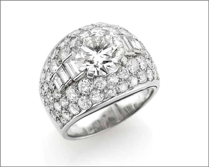 Anello in platino punzonato Bulgari con un diamante old cut centrale di circa 3 carati, contornato da diamanti taglio brillante e baguette per altri circa 3 carati,