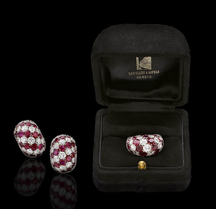 Parure di Van Cleef & Arpels composta da anello e orecchini in platino con 14 carati di diamanti taglio brillante e 15 carati di rubini tondi