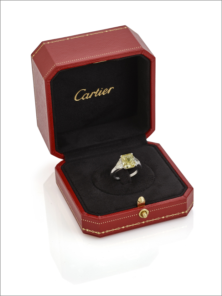 Anello Cartier, con diamante fancy yellow ottagonale del peso di 3,09 carati
