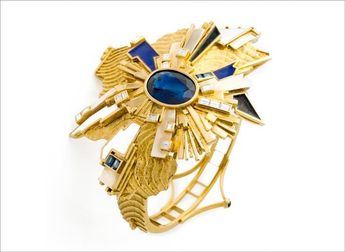 Gio' Pomodoro, bracciale, 1980, oro giallo, oro bianco, smalti, zaffiri, diamanti. Photo: Michele Porcari