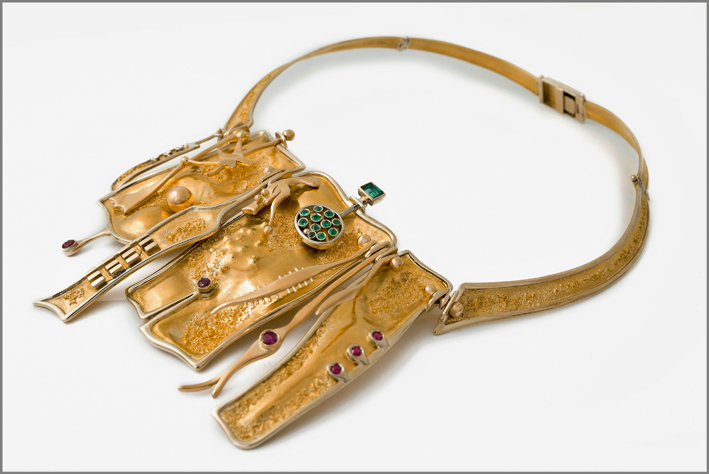Gio' Pomodoro, collana, 1964, oro puro, oro rosso, oro bianco, smeraldi, rubini. Photo: Michele Porcari