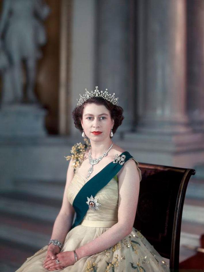 La Regina Elizabeth II con la  collana Nizam di Cartier. Indossata per il suo matrimonio nel 1947
