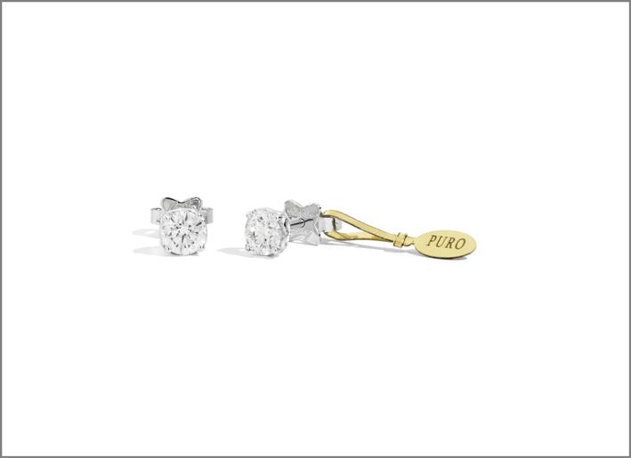 Orecchini della linea Puro, oro bianco e diamante con sigillo in oro giallo