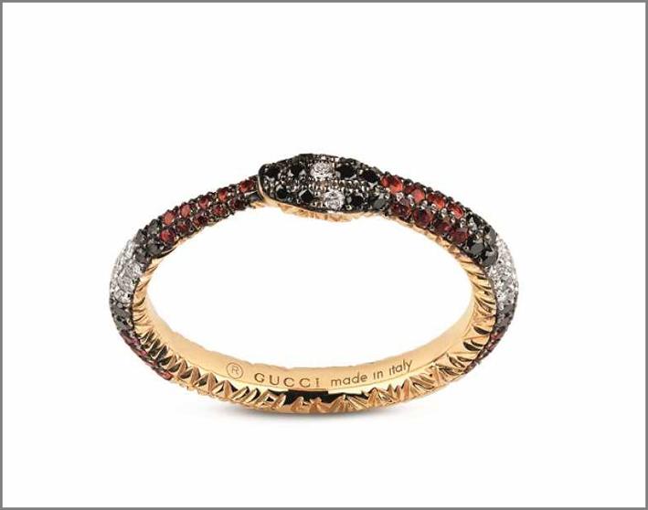 Anello in oro, diamanti bianchi e neri, topazi rossi