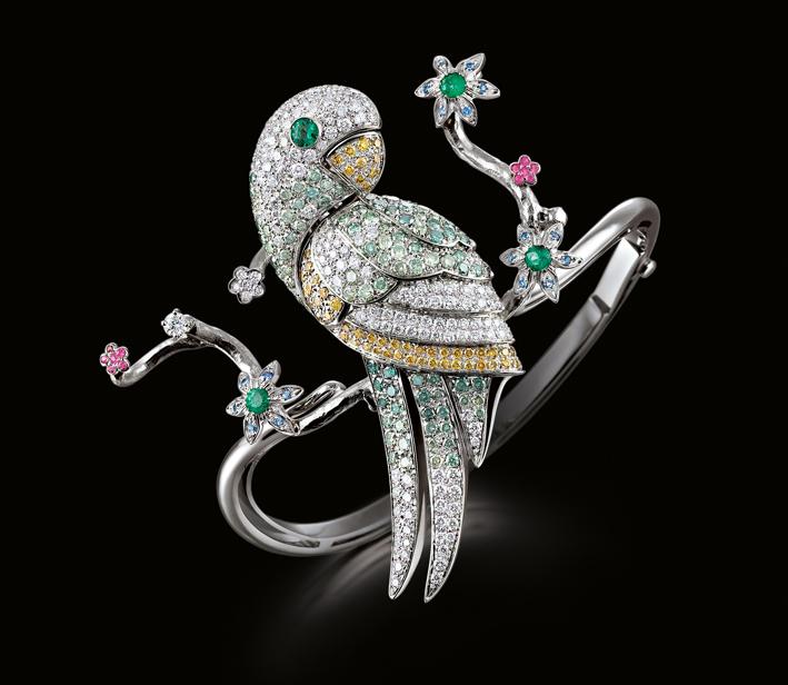 Bracciale Parrot, lavorato a mano in oro bianco 18 carati, diamanti gialli e verdi fantasia, zaffiri e smeraldi