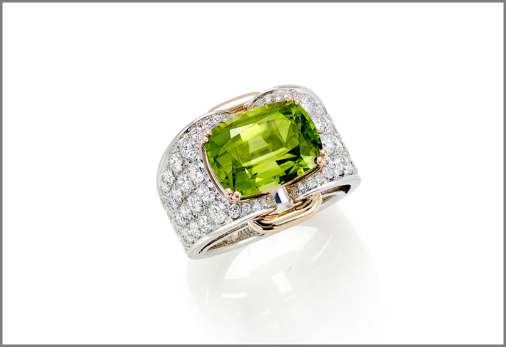 Cushion peridot (7.91 ct) and diamond (2.24 ct) ring set in white and rose gold