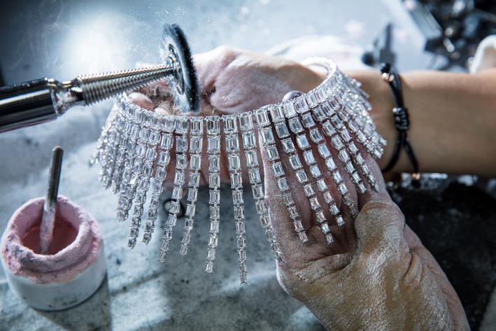La collana Sea King, 722 diamanti, fase di lavorazione