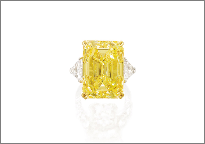 Anello con diamante taglio smeraldo fancy vivid yellow di 30,16 carati