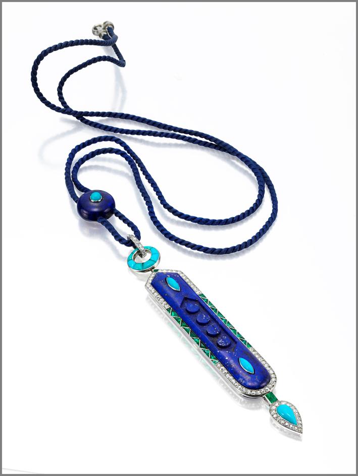 Cartier, collana revival antico Egitto. Realizzata con una placca di lapislazzuli scolpita, turchesi a forma di navette, all'interno di una cornice di diamanti a taglio circolare e smeraldi con taglio a calibro, diamanti