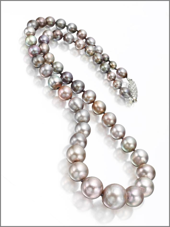 Collana di perle naturali grigie e diamanti
