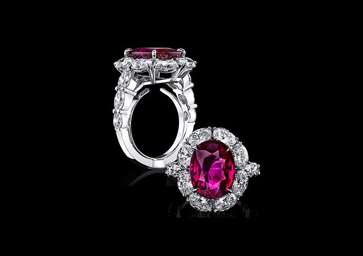 Anello in oro bianco, diamanti e rubino taglio ovale