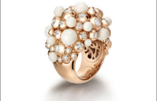Anello opale cacholong bianco panna con perle d'oro rosa lucide ornate di diamanti
