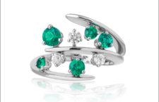 Anello in oro bianco, smeraldi e diamanti della parure Linea