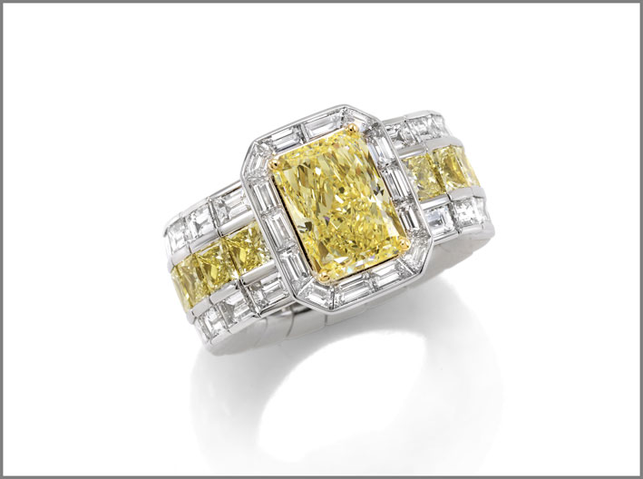 Radiant diamond (3.20 ct) and diamond (4.80 ct) ring set in white and yellow gold