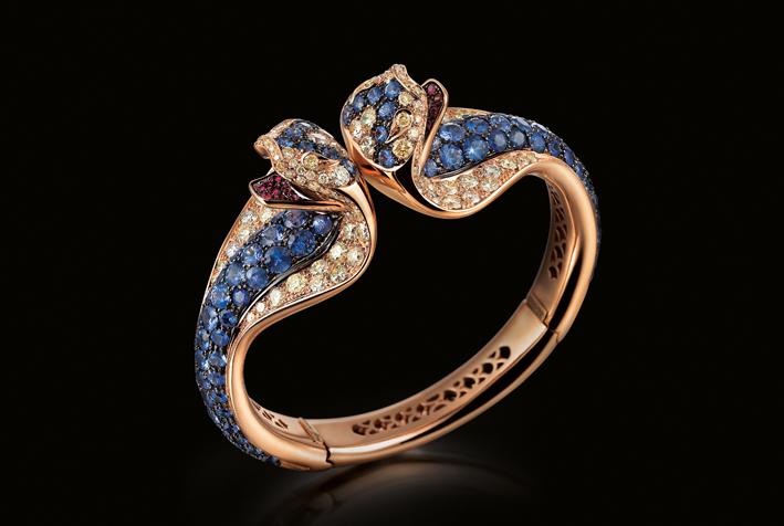 Bracciale rigido Cobra, realizzato a mano in oro 18 carati, con diamanti fancy crema e zaffiri blu di Ceylon