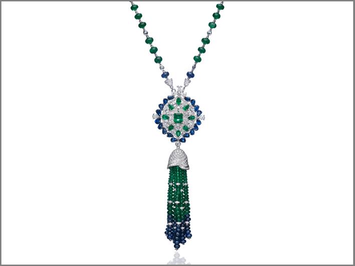 Collana con pendente in . oro bianco, diamanti, smeraldi e zaffiri