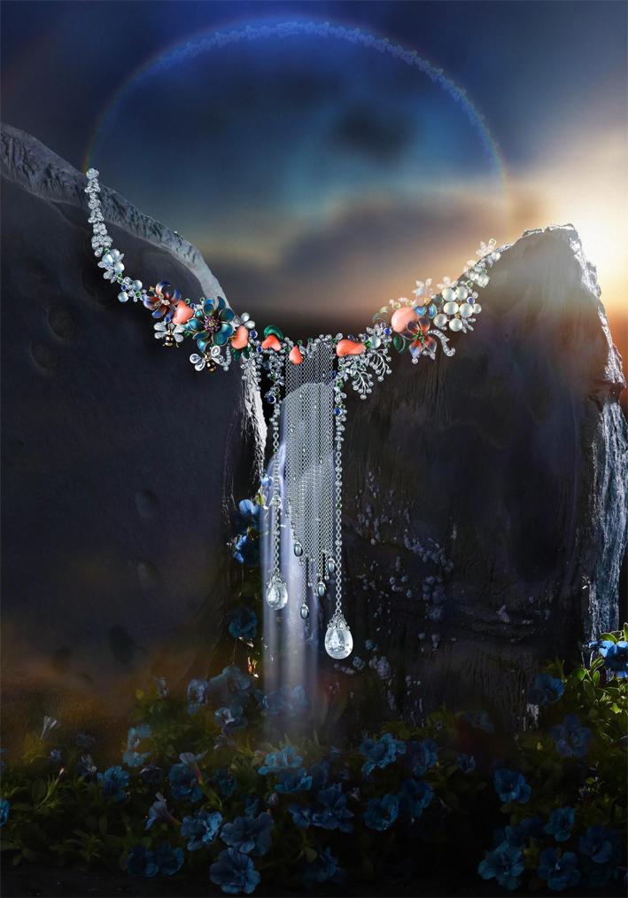 Collana in oro bianco, smalto, diamanti, giada, Corallo, cristalli. Prezzo: 56750 euro