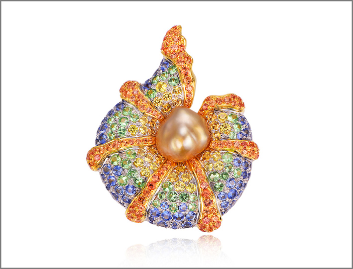 Gioiello a forma di conchiglia con perla dorata, granati, zaffiri, tormalina