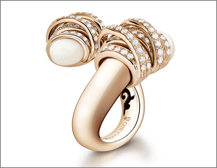 Anello in oro rosa, diamanti e cachalong della collezione Toi & Moi