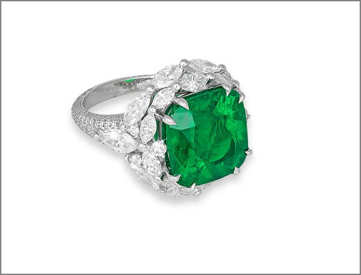 Anello con smeraldo colombiano e diamanti taglio marquise su oro bianco