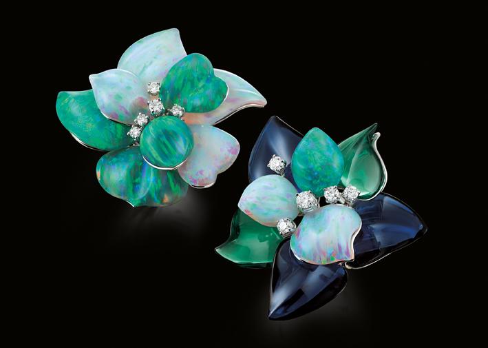Fiori con petali in opale e diamanti su oro bianco