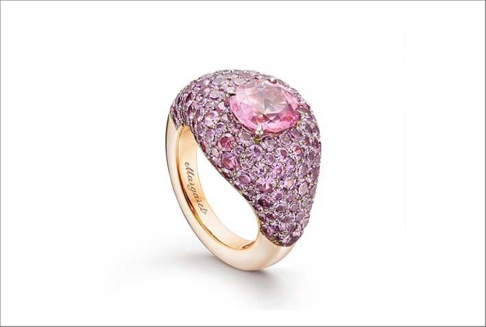 Anello con spinello rosa e zaffiri rosa