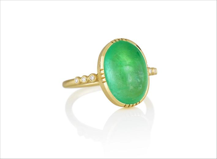 Anello in oro con smeraldo cabochon