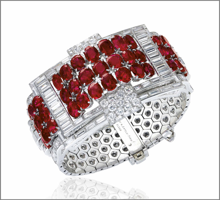 Bracciale di Van Cleef & Arpels stile art déco, oro bianco, diamanti e rubini, venduto per 1,3 milioni di dollari