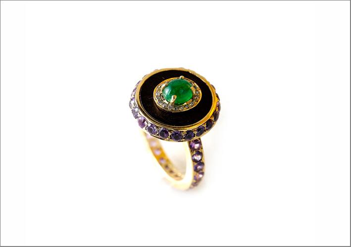 Anello con zaffiri lavanda, smeraldo cabochon e diamanti