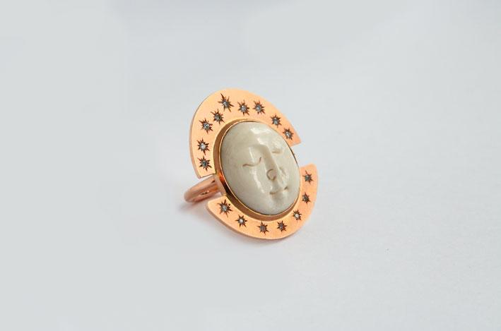 Anello con luna in avorio, oro satinato, diamanti