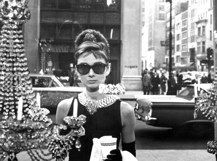 Audrey Hepburn in «Colazione da Tiffany», davanti alle vetrine del negozio di New York