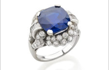 Anello in platino con zaffiro Kashmir, con un taglio a cuscino di circa 9 carati, contornato da diamanti