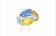 Anello con diamanti gialli, bianchi e blu di Cartier. Venduta per 5,2 milioni