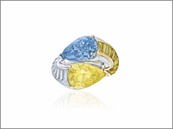 Anello con diamanti gialli, bianchi e blu di Cartier. Venduto per 5,2 milioni