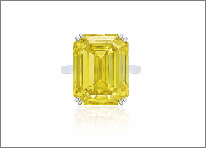 Anello con diamante fancy intense yellow aggiudicato per 5,6 milioni
