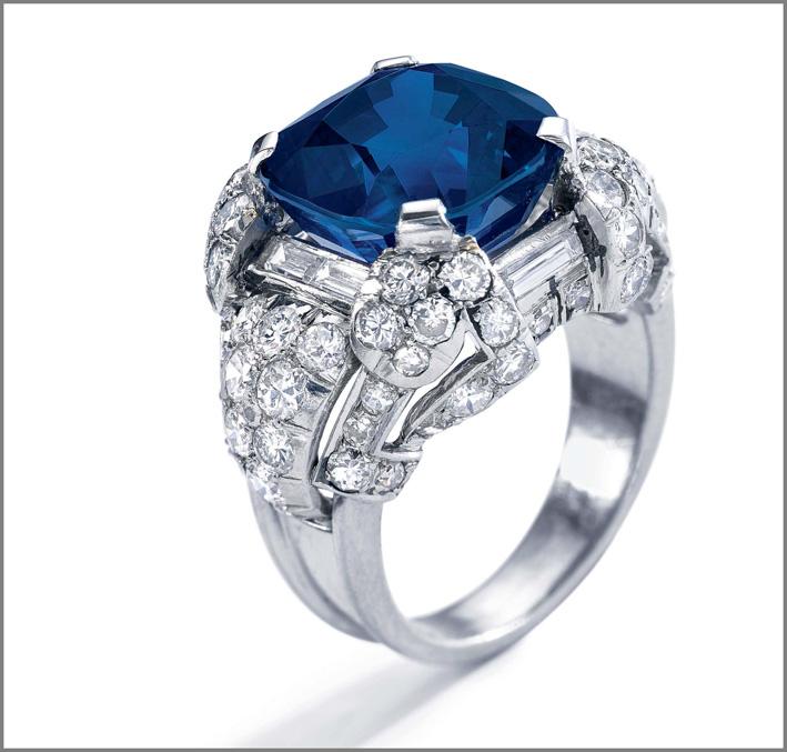 Anello con zaffiro taglio cuscino di 14 carati e diamanti