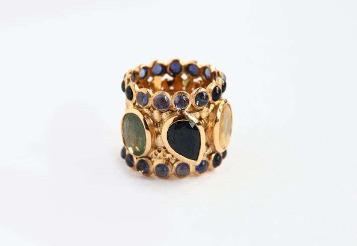 Anello in oro con pietre di colore