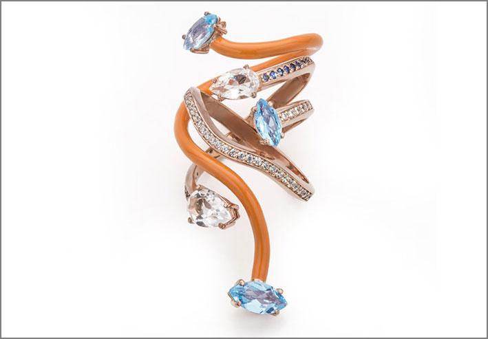 Anello in oro rosa con smalto arancione, topazio, cristallo di rocca, zaffiri e diamanti. Prezzo: 2500 euro