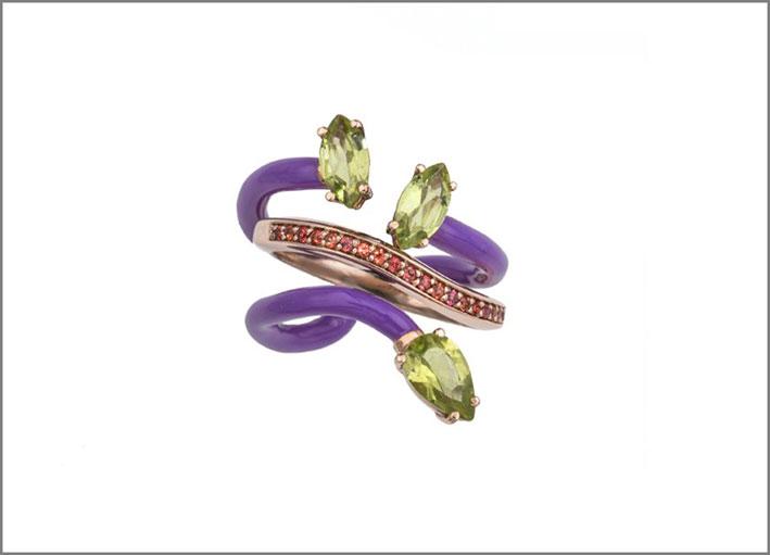 Anello in oro rosa 9 carati con smalto orchidea, peridoti marquise e a forma d -goccia, pavé di zaffiro arancione. Prezzo: 1200 euro