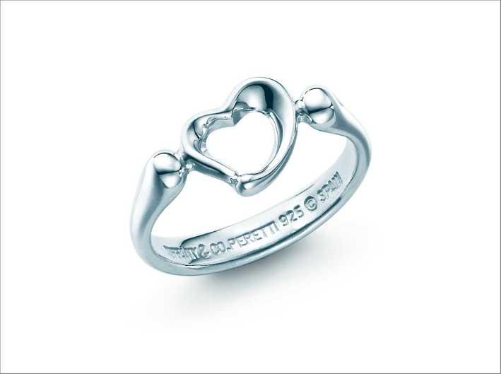 Anello della collezione Open Heart di Elsa Peretti. Prezzo: 300 euro