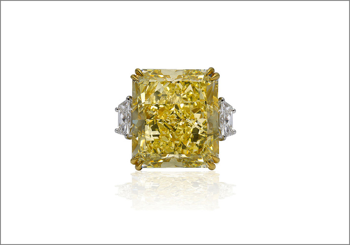 Anello con importante diamante fancy intense yellow