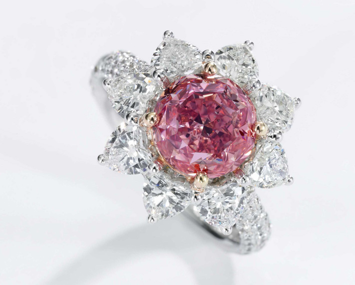 Anello con un fancy vivid purplish pink diamond