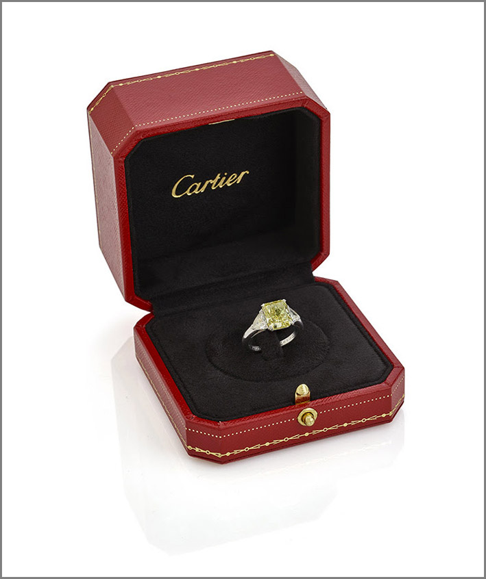 anello Cartier, con diamante fancy yellow ottagonale del peso di 3,09 carati con due diamanti triangolari laterali del peso di circa 1 carato