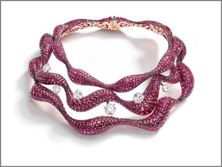 De Grisogono, collana ondulata con 247 carati di rubini su oro rosa annerito, sei diamanti taglio brillante da 1,50 a 3,80 carati