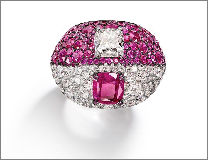 Anello con diamante e rubino taglio quadrato e pavé di diamanti e rubini