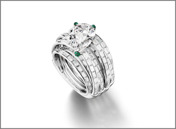anello comprende un diamante taglio pera di qualità massima: colore D, purezza FL, peso di 5,34 carati con griffe rivestite di smeraldi taglio brillante