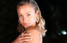 Modella con gioielli della collezione Allegra